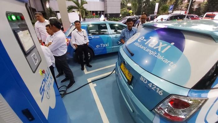Stasiun Pengisian Kendaraan Listrik Umum (SPKLU) diresmikan di Kantor Pusat PLN dan Depan Kantor Distribusi Jakarta Raya. SPKLU ini untuk mendukung program kendaraan listrik di Indonesia.