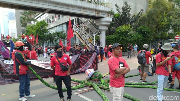 Massa KASBI Long March Menuju Istana, Lalin Jl MH Thamrin Macet Parah