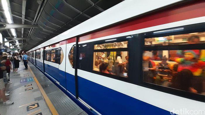 BRT Skytrain Bangkok memiliki 3 paduan warna yang khas, yakni merah, putih, dan biru yang membalut sisi luar kereta.
