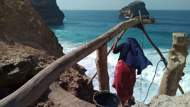 Dari akun Instagram @i.dooney, kita bakal mengira bahwa ini ada di Bali karena menyerupai Pantai Uluwatu. Namanya Pantai Antak-antak (i.dooney/Instagram)