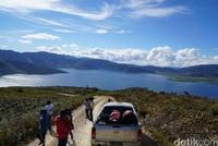 Terlihat danau di atas gunung di Kabupaten Pegunungan Arfak. Pesona ini disebut-sebut Jokowi dalam postingan terbarunya (Ahmad Masaul Khoiri/detikcom)