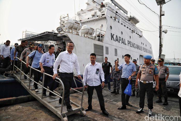 Dari Muara Angke, Menteri Kelautan dan Perikanan Edhy Prabowo menaiki kapal untuk ke Muara Baru, Senin (28/10/2019).Edhy menaiki kapal dari Muara Angke pukul 14.54 WIB dan tiba di Muara Baru pukul 15.30 WIB.