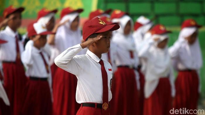 Sejumlah siswa di SD 03 Sabang Mawang, Kabupaten Natuna, mengikuti upacara bendera. Seperti apa potretnya? Yuk, lihat.