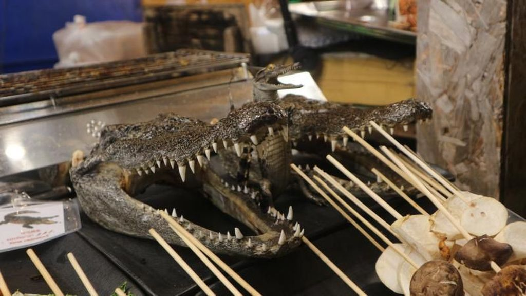 Berani Coba Makan Kepala Buaya di Thailand?