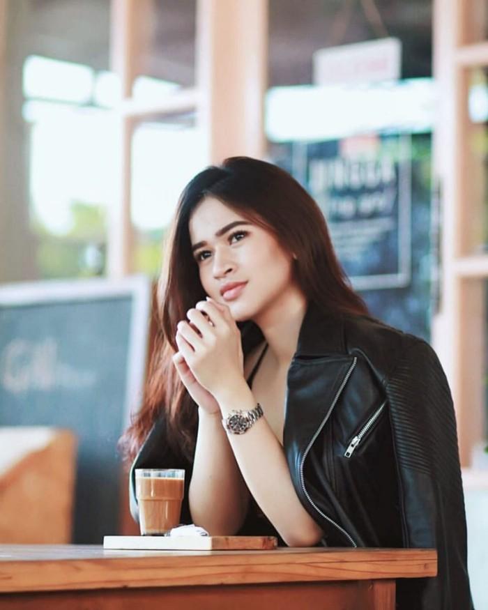 PA merupakan runner-up ke-3 Miss Sport Tourism Indonesia 2016 asal Kalimantan. Sebagai model, ia ternyata punya hobi nongkrong di kafe. Ini pose cantiknya dengan segelas kopi. Foto: Instagram @putriameliaaa