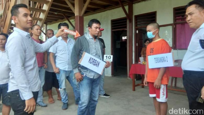 Berbaju Tahanan, 2 Siswa Pengeroyok dan Penikam Guru di Manado Reka Ulang