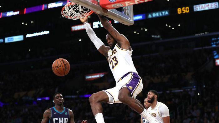 LeBron James memotori LA Lakers untuk mengalahkan Charlotte Hornets. (Foto: Sean M. Haffey/Getty Images)