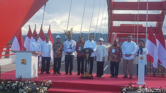 Foto: Jokowi resmikan Jembatan Youtefa (Wilpret-detik)
