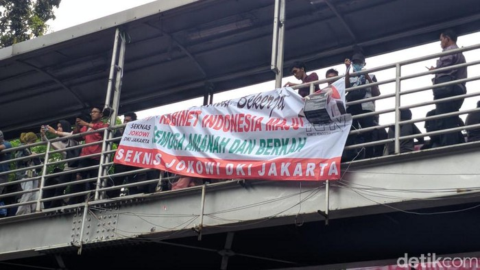 Massa di Patung Kuda mencopot spanduk Seknas Jokowi. (Jefrie/detikcom)