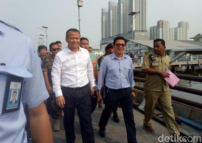 Edhy nampak mengenakan kemeja putih dan celana gelap berwarna hitam saat mengunjungi pelabuhan perikanan Muara Angke.