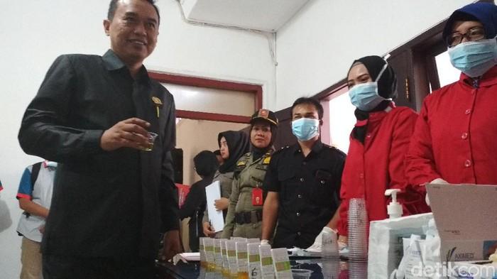 Anggota DPRD Blitar dites urine (Foto: Erliana Riady)