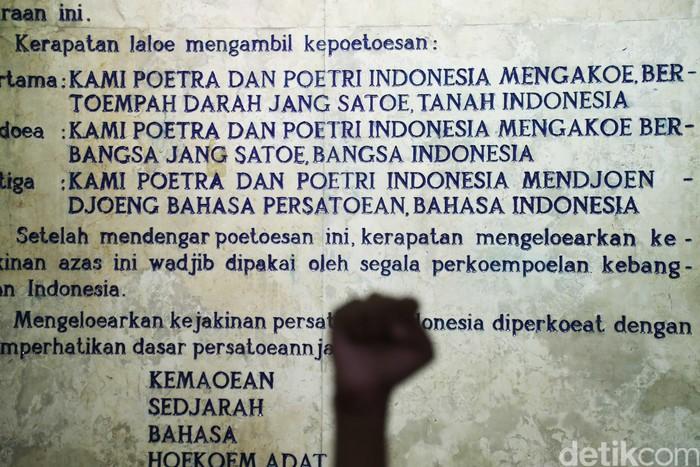 Museum Sumpah Pemuda menyimpan berbagai foto-foto dan benda-benda yang berhubugan dengan pergerakan nasional pemuda Indonesia.