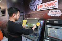 Seorang milenial sedang melakukan pembukaan rekening menggunakan mesin BNI Sonic/