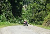 Jalanan di sana sangat parah dan perjalanan tak pernah mulus selama 5 jam hingga ke Anggi, pusat Kabupaten Pegunungan Arfak (Ahmad Masaul Khoiri/detikcom)