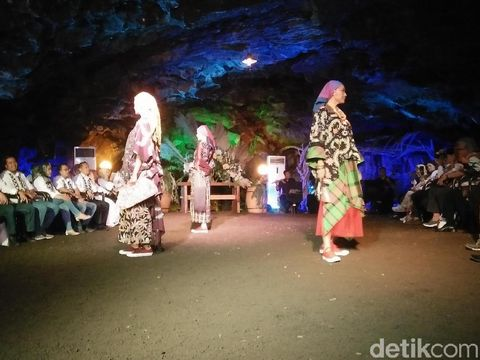 Pertama di Indonesia, Fashion Show Batik Digelar di Gua Lawa, Purbalingga