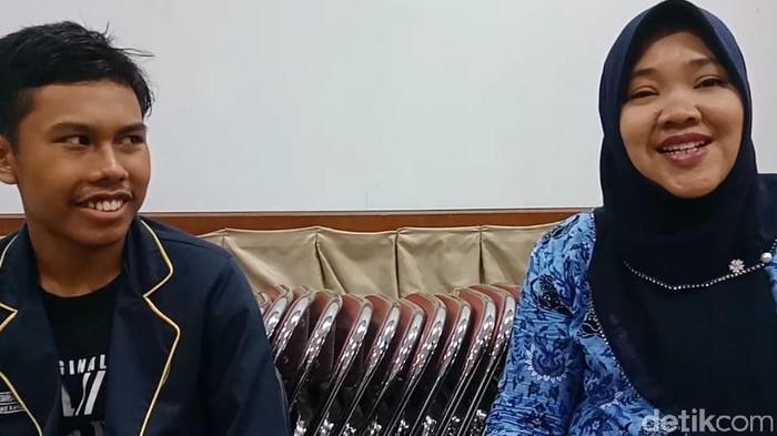 Foto: Febrian Firmansyah (kiri) siswa yang suaranya mirip Presiden Jokowi bersama guru SMAN 4 Jakarta, Sri Wahyuningsih (kanan). (Eva-detikcom)