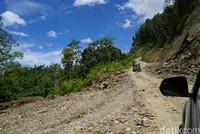 Jalanan berbatu menuju ke Pegunungan Arfak. Trek tanjakan berbatu seperti di foto memang hanya bisa dilibas oleh mobil 4X4, bayangkan saat hujan turun (Ahmad Masaul Khoiri/detikcom)