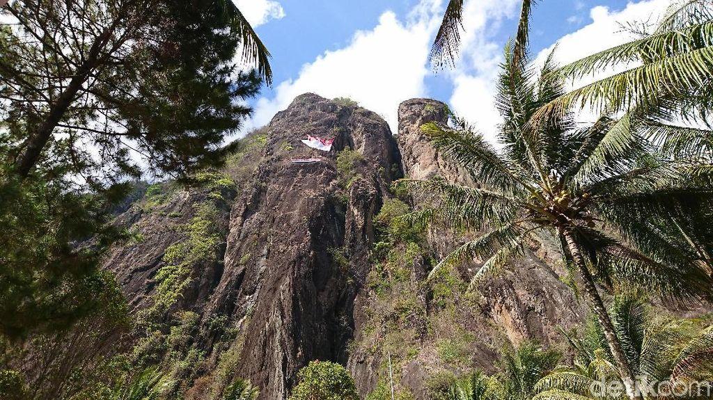 Peringati Sumpah Pemuda, Bendera Raksasa Dibentangkan di Tebing 350 Meter