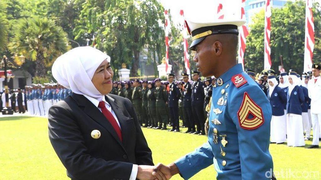 Saat Khofifah Hampiri Komandan Upacara Hari Sumpah Pemuda Asal Jayapura