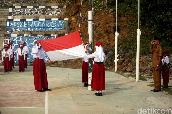 Antusias Anak-anak di Pulau Terdepan RI Mengikuti Upacara ...