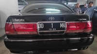 Mobil berkelir hitam ini dengan nopol DD 1 MK.