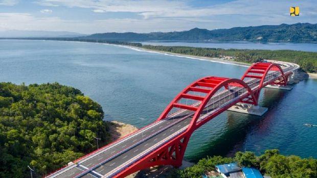 Cerita Jokowi Saat Meresmikan Jembatan Youtefa Papua