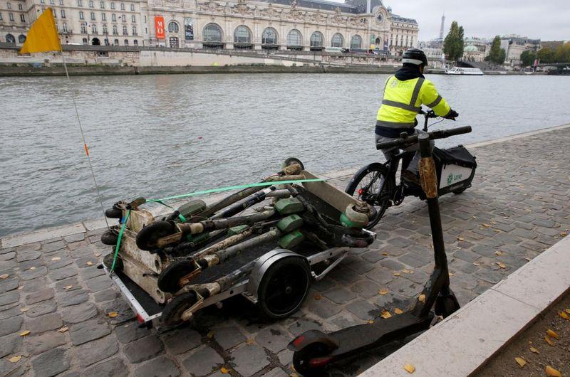 Seorang pekerja di startup skuter Lime, Paris membagikan cerita bagaimana dia mengumpulkan skuter yang berada di Sungai Seine (Pascal Rossignol/Reuters)