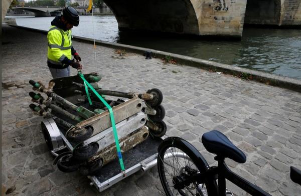 Selama tiga jam menyusuri Sungai Seine, dia dan kawan-kawannya berhasilkan mengumpulkan 15 skuter dari dasar sungai (Pascal Rossignol/Reuters)
