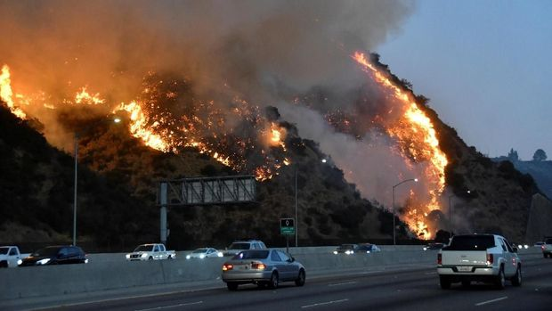 Penampakan kebakaran hutan yang disebut 'Getty Fire' di Los Angeles pada 28 Oktober