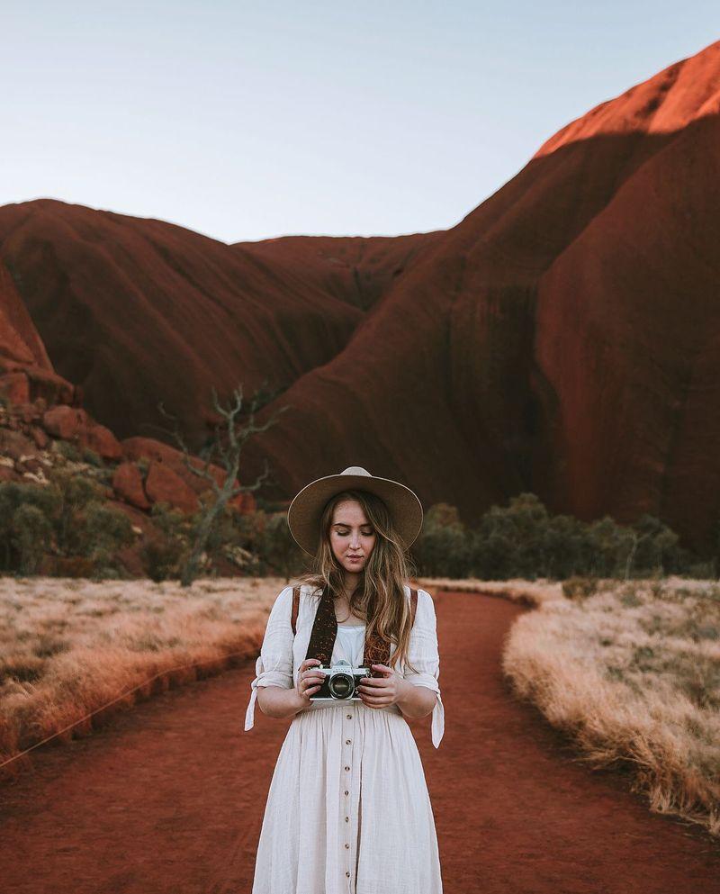 Di daftar paling bontot ada Emilie Ristevski atau yang memiliki akun Instagram @helloemilie. Berasal dari Australia, Emilie populer berkat foto-foto perjalanannya yang dikemas menarik dan begitu aesthetic. Tak sedikit yang dibuat terpukau akan keindahan foto-fotonya (@helloemilie/Instagram)