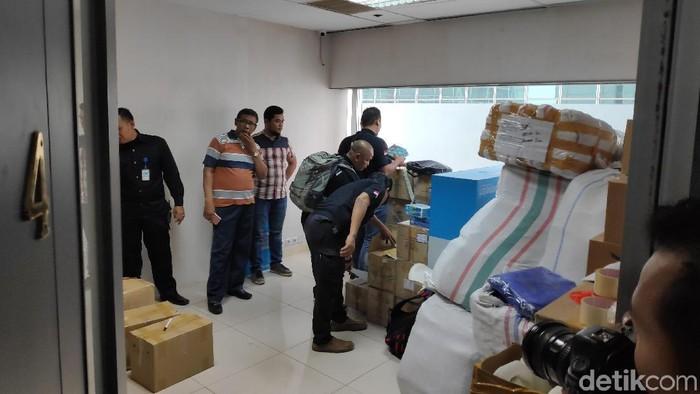 Tim Cobra Polres Lumajang Geledah Kantor QNet di Setiabudi Jaksel (Alfons/detikcom)