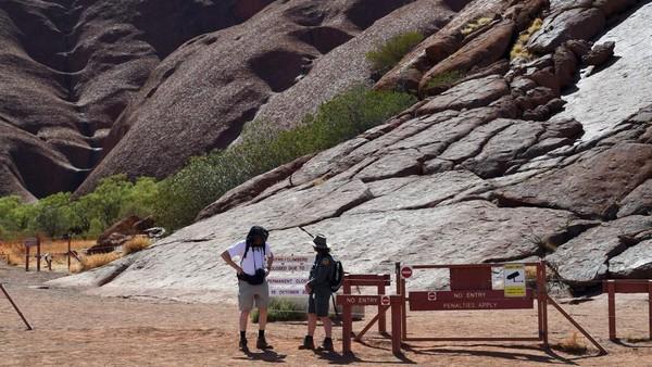 Namun larangan ini tidak diindahkan dan masih banyak turis yang nekad mendaki. Awalnya penutupan bukit batu ini penuh pro dan kontra, dimana ketakutan berpengaruh pada kunjungan pariwisata Australia. (Saeed Khan/AFP)
