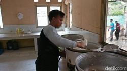 Beredar foto kondisi miris ODGJ disebut di Panti Sosial Bina Laras, Cipayung, Jakarta Timur tahun 2003 lalu. Tampak mereka duduk di lantai toilet yang kotor.