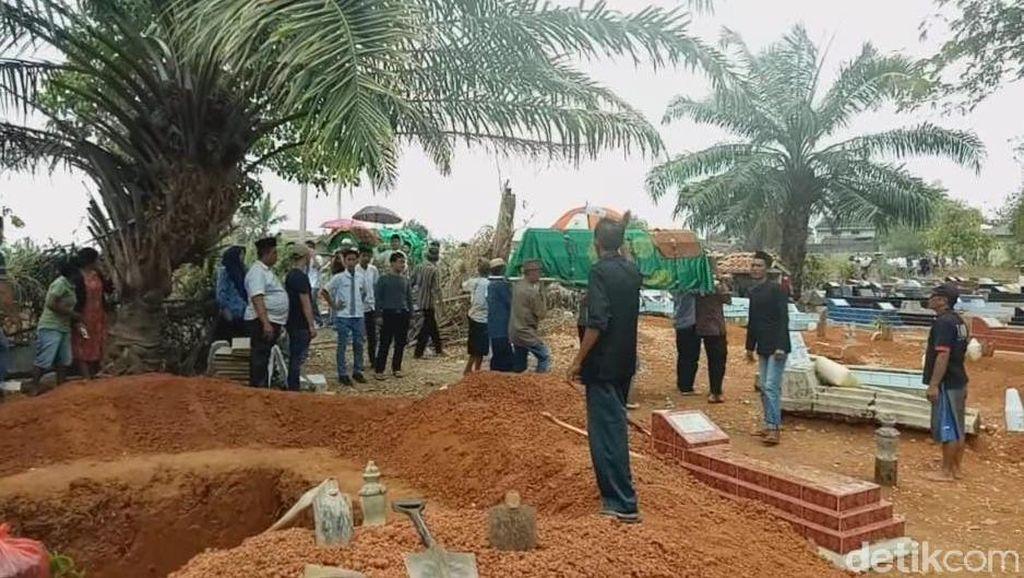 Sekeluarga yang Tewas Ditabrak Truk di Lampung Dimakamkan Satu Liang Lahat