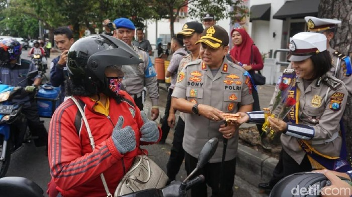 Pelanggar Operasi Zebra di Malang justru mendapatkan hadiah dari polisi. (Muhammad Aminudin/detikcom)