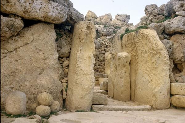 Dari hasil penelitian para ahli, Ggantija digunakan sebagai tempat pemujaan. Hal itu terkait adanya sisa-sisa hewan di suatu tungku batu dan ruangan altas yang memiliki banyak lubang di tanahnya. (iStock)