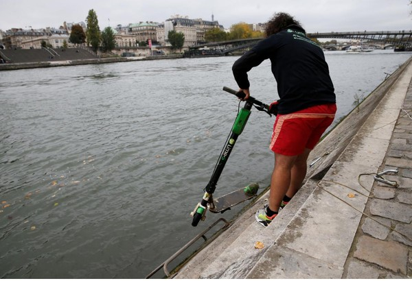 Akibatnya sungai menjadi kotor dan memaksa adanya patroli pembersihan skuter sebagai bagian dari ledakan global skuter listrik yang juga membantu mobilitas di perkotaan (Pascal Rossignol/Reuters)