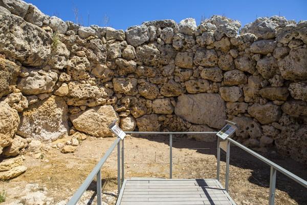 Pembuatan kuilnya menggunakan batu yang berupa satu batu tunggal (monolit), tumpukan batu besar maupun kecil, atau susunan batu yang diatur dalam bentuk tertentu. Tinggi kuilnya pun mencapai 5 meter lebih. (iStock)