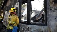 Kebakaran hutan yang melanda kota Los Angeles muncul di dekat Getty Center, sebuah museum yang memamerkan koleksi seni mendiang tokoh terkemuka J Paul Getty. Kebakaran yang disebut Getty Fire ini juga menyebabkan sekolah-sekolah di Los Angeles diliburkan sementara. Foto: REUTERS/Gene Blevins