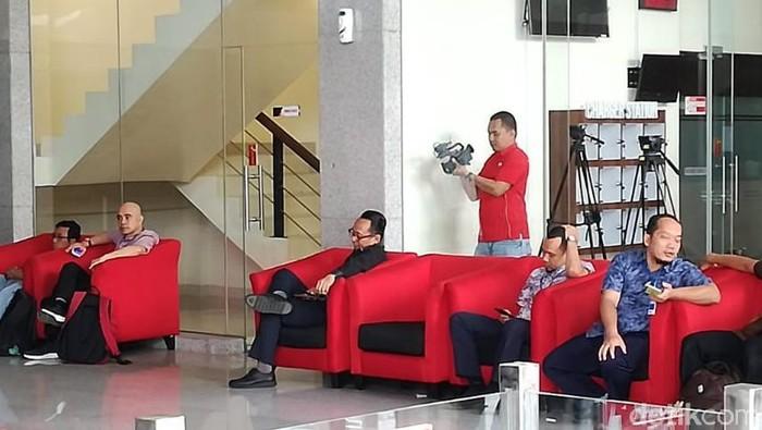 Politikus PDIP Nico Siahaan (tengah, baju hitam) di gedung KPK. (Ibnu/detikcom)