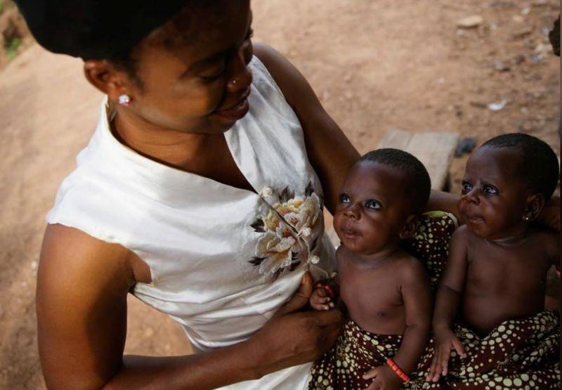 Ya, datang ke Igbo Ora, Nigeria kamu jangan kaget bertemu dengan orang yang mirip-mirip. Karena kota ini memang dikenal sebagai ibukota orang kembar dunia (Afolabi Sotunde/Reuters)