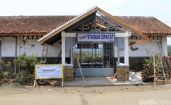 Bangunan Stasiun Cipatat dibongkar di bagian dalamnya.