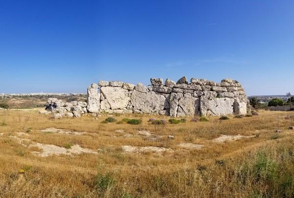 Bagian depan kuilnya ada halaman luas, yang diyakini sebagai lokasi orang-orang zaman dulu untuk memuja atau berdoa. (iStock)