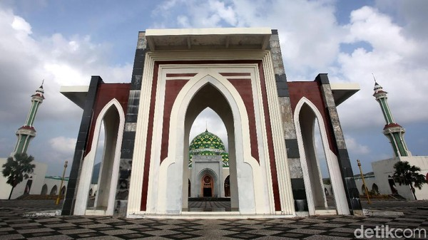 Masjid Agung Kabupaten Natuna bisa menampung hingga 6.000 jamaah. Desainnya mirip dengan Taj Mahal di India. (Agung Pambudhy/detikcom)