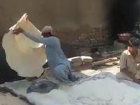 Keren! Pria Ini Mahir Buat Roti Ukuran Selimut dalam Waktu Singkat