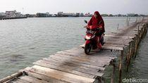 Uji Nyali Lintasi Jalan Kayu di Pulau Sedanau Natuna