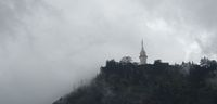 Menara Ambuluwawa dari kejauhan