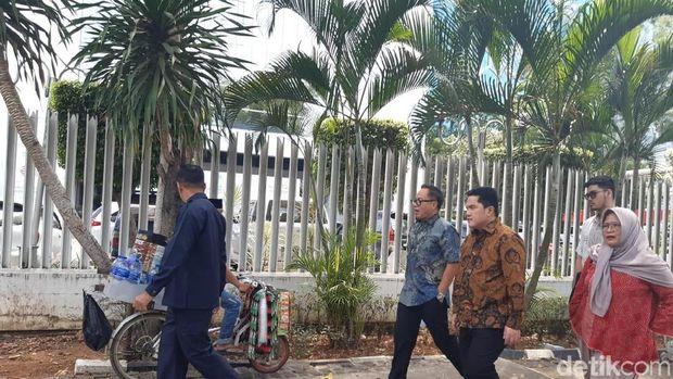 Menteri BUMN Erick Thohir jalan kaki ke Kantor Anies Baswedan di Balai Kota DKI