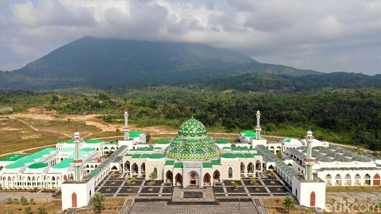 Masjid Agung Natuna jadi salah satu landmark yang tersohor di perbatasan Indonesia tersebut. Tak hanya megah, masjid itu juga dapat menampung ribuan jemaah.