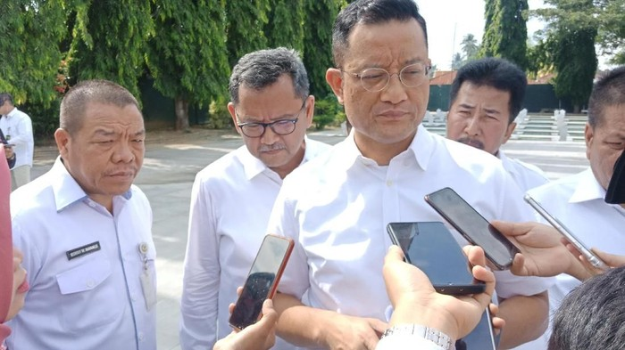 Menteri Sosial (Mensos) Juliari Batubara melakukan kunjungan kerja ke Palu, Sulawesi Tengah. Mensos berziarah ke Taman Makam Pahlawan Nasional (TMPN) Tatura sekaligus mengecek perbaikan kerusakan makam akibat gempa.